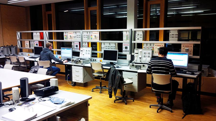 Gebäudesystemtechnik Schüler bei der Arbeit