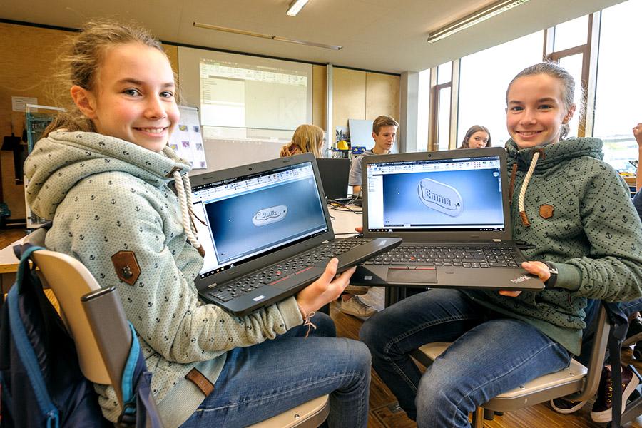Julia Anna Vöhringer und Emma Sofie Vöhringer im 3D Druckzentrum