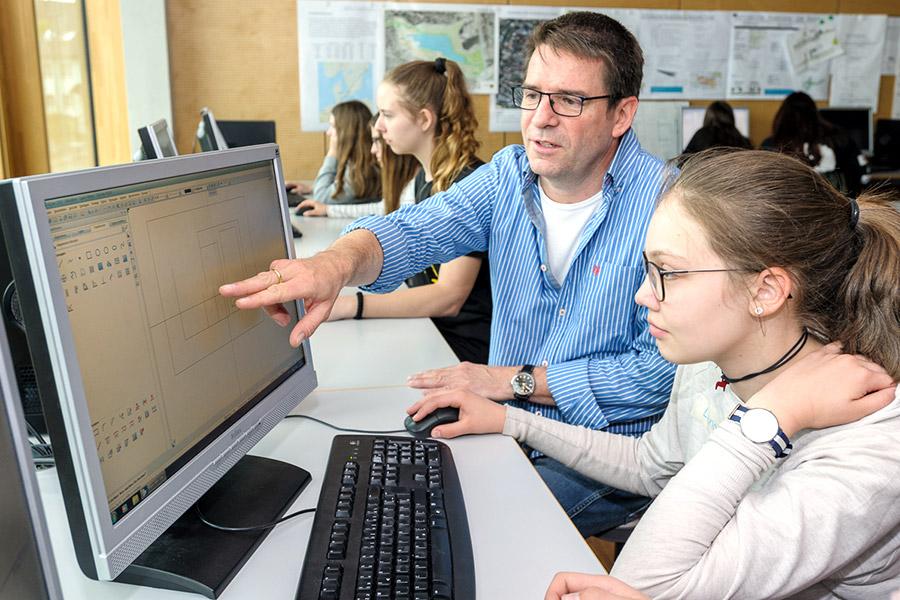 Lehrer Christian Timnik aus dem Bereich Bautechnik mit einer Schülerin