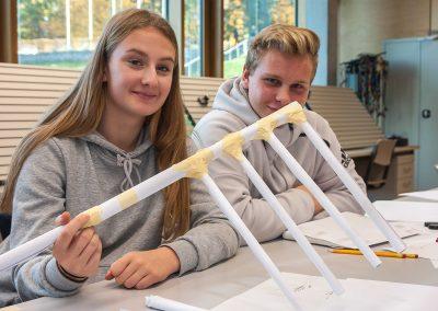 Schülerinnen und Schüler der Dietrich-Bonhoefer-Realschule informierten sich über den Bildungsgang Ingenieurswissenschaften. In diesem Zusammenhang bastelten sie eine möglichst tragfähige Brücke aus Papier und eine Feststoffrakete.