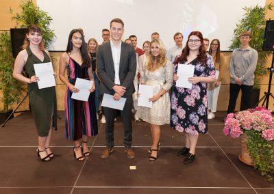 Die Schülersprecherin Elena Zils und der Schülersprecher Marvin Schirrmacher sowie die weiteren Mitglieder der Schülervertretung Ayda Altindag, Eda Kapkac und Olivia Ciller.