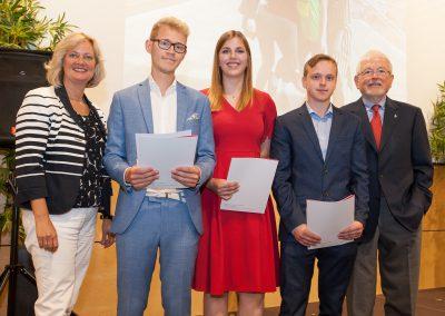 Zeugnisübergabe für die Absolventinnen und Absolventen der Allgemeinen Hochschulreife. Die besten drei: Lukas Pollmann, Leah Rohmann, Daniel Kerschmann.